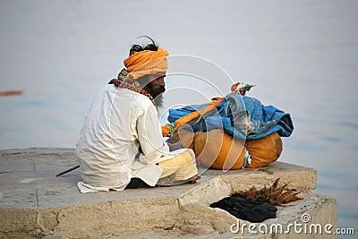 Un peregrino, Vanarasi, la India Imagen editorial