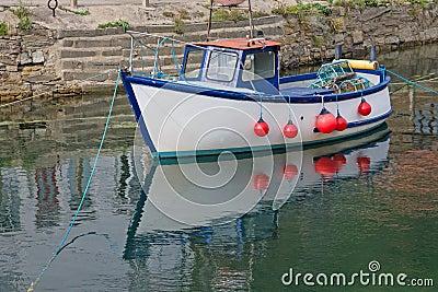 Un petit bateau de p che c tier amarr dans le port photo for Dans un petit bateau