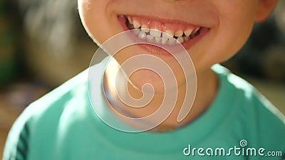Un piccolo bambino mostra le emozioni: risata, felicità, gioia, sorriso Primo piano della bocca di un bambino Un bambino dimostra archivi video
