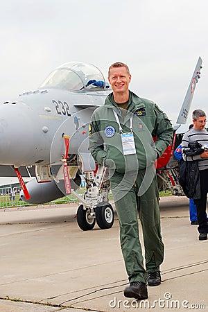Un piloto en el salón aeroespacial internacional MAKS-2013 Imagen de archivo editorial