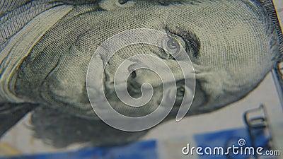 Un portrait de Benjamin Franklin sur un plan rapproché de facture de cent-dollar banque de vidéos