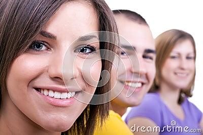 Un primo piano di tre giovani