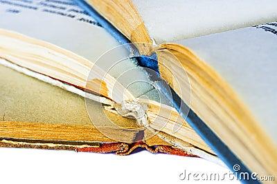 Un primo piano di tre vecchi libri