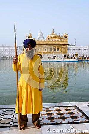 Un protector sikh en el templo de oro Imagen de archivo editorial