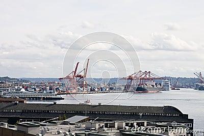 Un puerto de envío industrial y un puerto ocupado