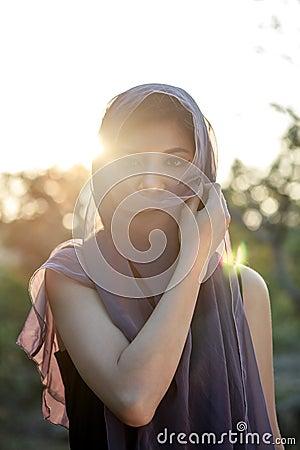 Un retrato de la mujer del asiático de la emoción