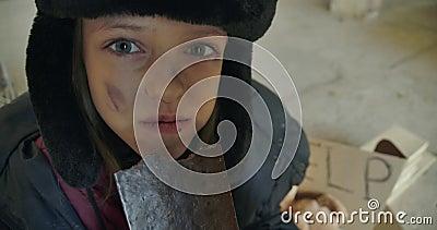 Un rifugiato siriano sorridente con il volto sporco e gli occhi grigi mangia avidamente la barretta di cioccolato Una bambina con video d archivio