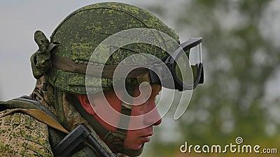 Un soldato russo con una mitragliatrice su una fucilazione del poligono di tiro ad un obiettivo FullHD archivi video
