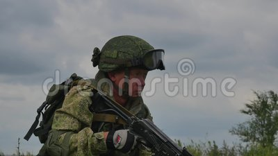 Un soldato russo con una mitragliatrice su una fucilazione del poligono di tiro ad un obiettivo HD stock footage