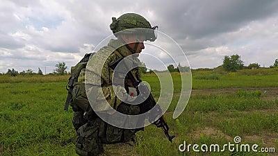 Un soldato russo sta camminando lungo il campo video d archivio