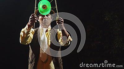 Un talentoso mago realiza un complicado truco de magia metrajes