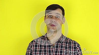 Un tipo gracioso y guapo expresa su desacuerdo y hace un gesto de prohibición cruzando sus brazos almacen de video