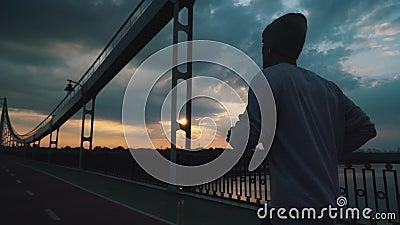 Un tizio corre in città con un tempo nuvoloso stock footage