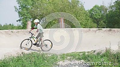 Un tizio va in bicicletta su un pendio video d archivio