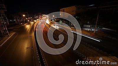 Un trafic sur la route avec le passage souterrain au timelapse de vidéo de nuit clips vidéos