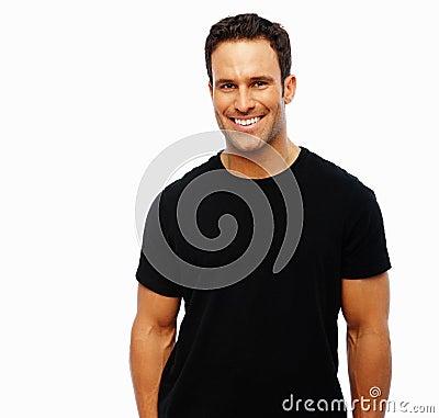 Un uomo attraente che sorride sulla priorità bassa bianca
