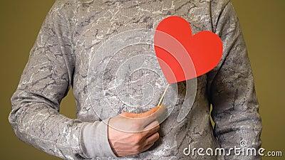 Un uomo con il cuore di carta rossa innamorato video d archivio