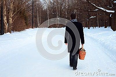 Un uomo con un cestino