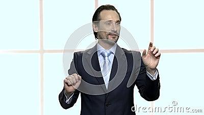 Un uomo d'affari maturo e sicuro che lavora con lo schermo virtuale archivi video