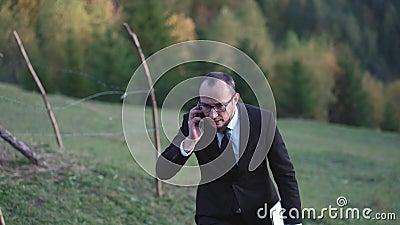 Un uomo in giacca e cravatta si alza sulla collina video d archivio