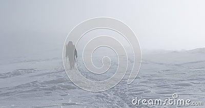 Un uomo nella nebbia si alza in salita archivi video