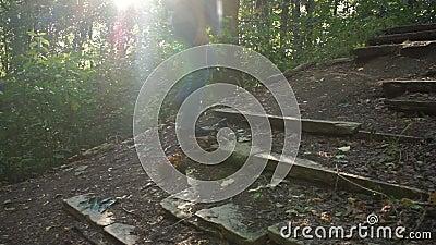 Un uomo scala la collina archivi video
