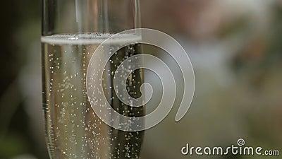 Un vetro di champagne su un fondo vago Concetto di celebrazione archivi video