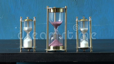 Un vetro di tre sabbie la clessidra sulla tavola ed il - Un ampolla sulla tavola ...