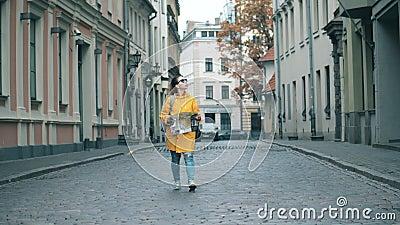 Un viajero solitario camina por una calle en Riga metrajes