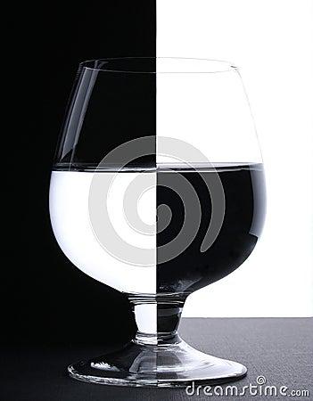 Un vidrio con agua