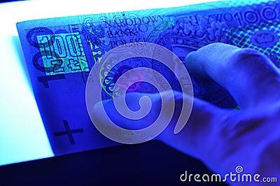 Una banconota polacca dei 100 pln alla luce ultravioletta