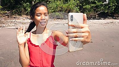 Una bloguera asiática habla con la cámara filmando contenido para los medios sociales almacen de video