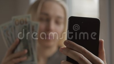 Una bloguera habla de negocios y finanzas haciendo videos en línea en un smartphone En la mano de la mujer hay una varita metrajes