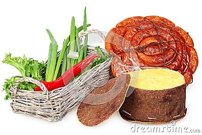 Una cesta de cebolla, pimienta roja, salchicha, queso