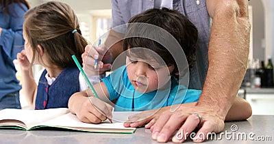 Una coloritura del padre con suo figlio stock footage