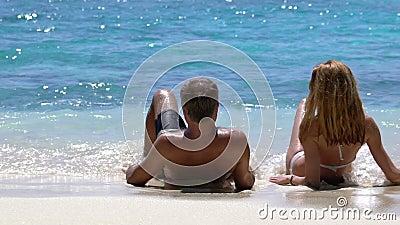 Una coppia amorosa che gode della vacanza su una spiaggia tropicale Movimento lento archivi video