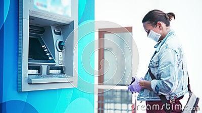 Una donna con una maschera medica e dei guanti protettivi di lattice arriva al bancomat video d archivio