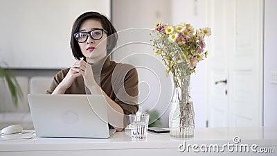 Una donna d'affari asiatica che guarda la telecamera video d archivio