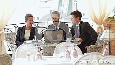 Una donna e un di due uomini su un pranzo di lavoro stock footage