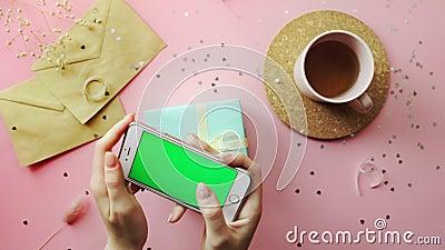 Una donna ha scattato una foto di un regalo di Natale avvolta in un Libro verde con un arco giallo Vista dall'alto sul tavolo ros stock footage