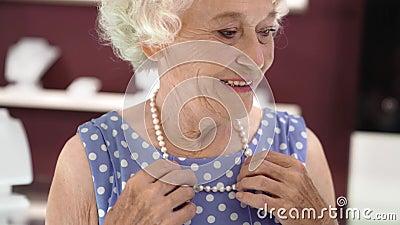 Una Donna Incantevole, Anziana, Che Cerca La Collana Di ...