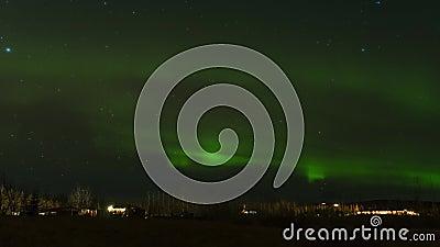 Una filmación de tiempo Aurora también conocida como las luces del norte bailando sobre el invierno en Islandia Experiencia inolv almacen de metraje de vídeo