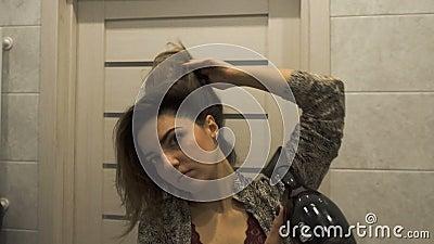 La Giovane Donna Bella In Bagno Si Sta Asciugando I ...