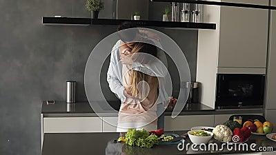 Una giovane coppia caucasica interessante incontra la mattina presto nella casa della cucina moderna In piedi davanti al bancone  video d archivio