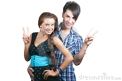 Una giovane coppia felice che mostra i pollici in su.