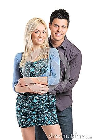Una giovane coppia in un abbraccio