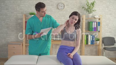 Una giovane donna del chiropratico osteopath del dottore si lamenta del dolore all'avambraccio stock footage
