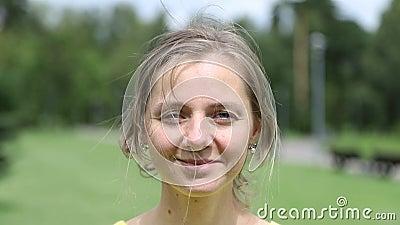 Una giovane donna stanca sorride, al rallentamento stock footage