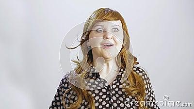 Una giovane donna su uno sfondo bianco mostra un'emozione di felicità video d archivio