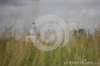 Una iglesia en un campo